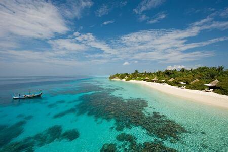 beach at Four Seasons Landaa Giraavaru hotel maldives