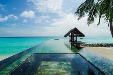 pool at reethi rah resort maldives