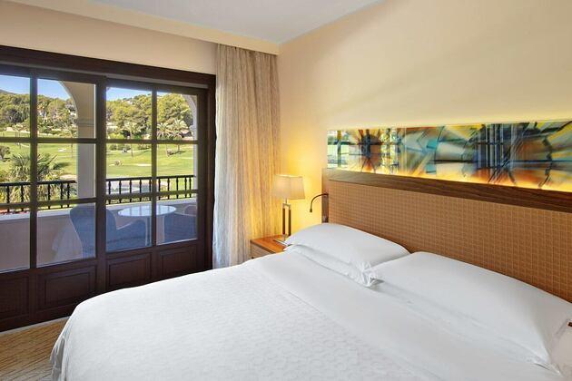 king-guestroom-at-sheraton-mallorca-golf-hotel