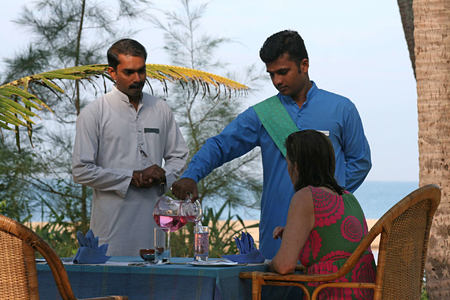 dining service at Neeleshwar hotel