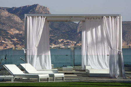 Infinity area with mountain backdrop at SHA Wellness Spain