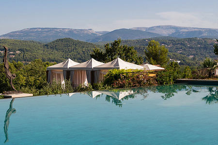 Infinity Pool with views at Terre Blanche Golf and Spa Resort France