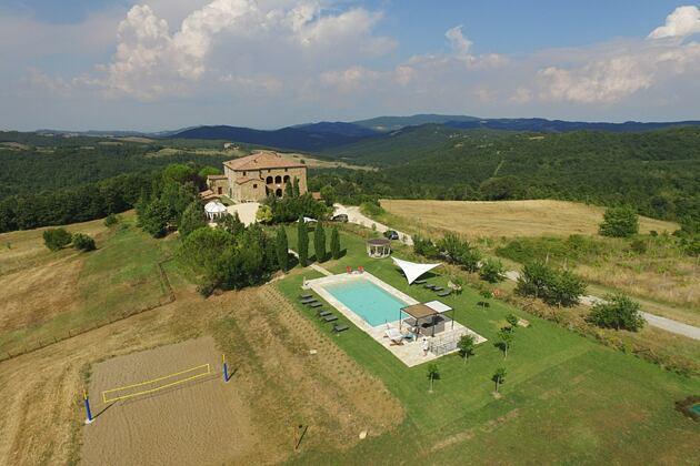 Exterior drone shot of Locanda Cugnanello Tuscany